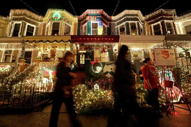 Christmas in america 39 s front yards beaumont enterprise for Top 10 american christmas traditions