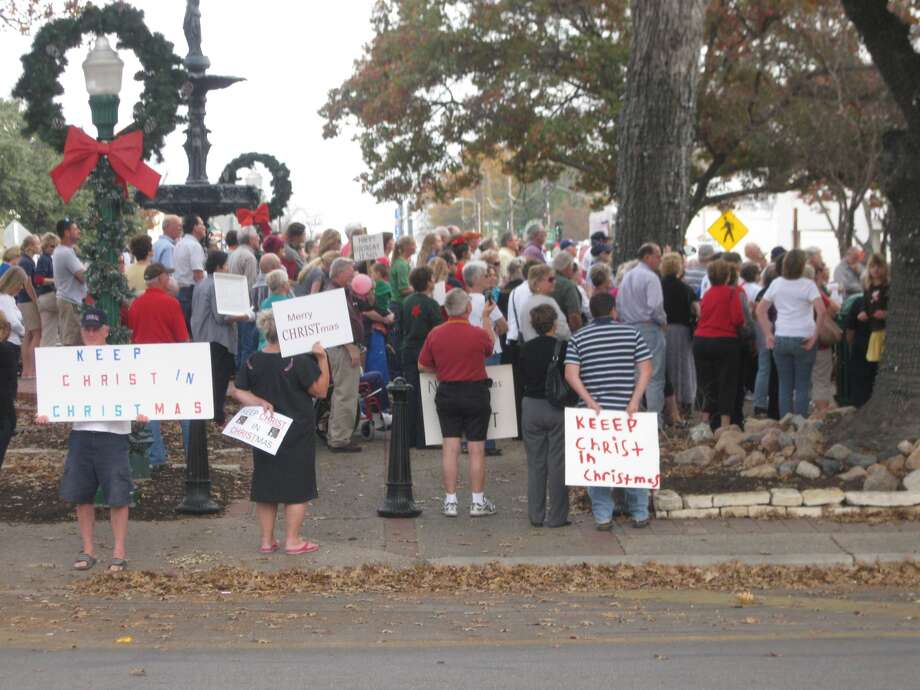 Hundreds of people gathered Wednesday on the New Braunfels' Main Plaza in support of the banners put up by the local Knights of Columbus to remind Christians of the holiday's focus. Photo: Courtesy