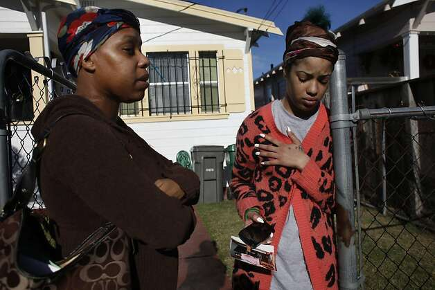 Janetta Roberts (left), daughter of shooting victim Ramona Foreman, and Aisha Roberts, the victim's stepdaughter, grieve. Photo: Lacy Atkins, The Chronicle