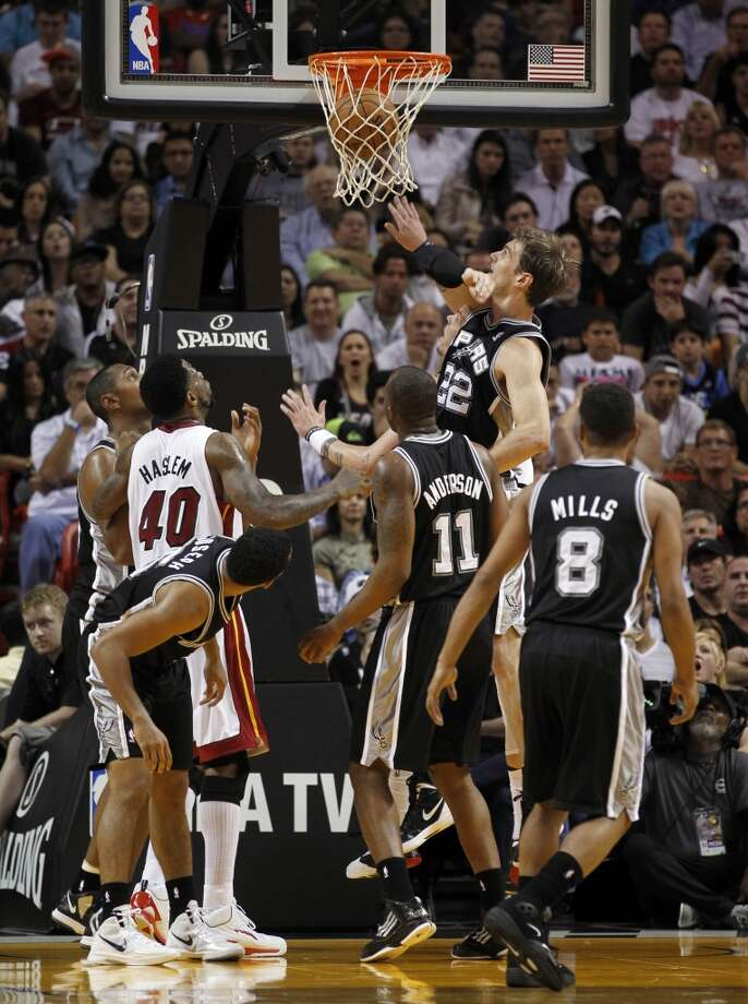 The Spurs' Tiago Splitter (22) scores against the Heat on hursday, Nov. 29, 2012,  in Miami.