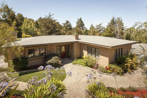 The Oakland home has a listing price of $965,000. Photo: Scott Hargis/SF