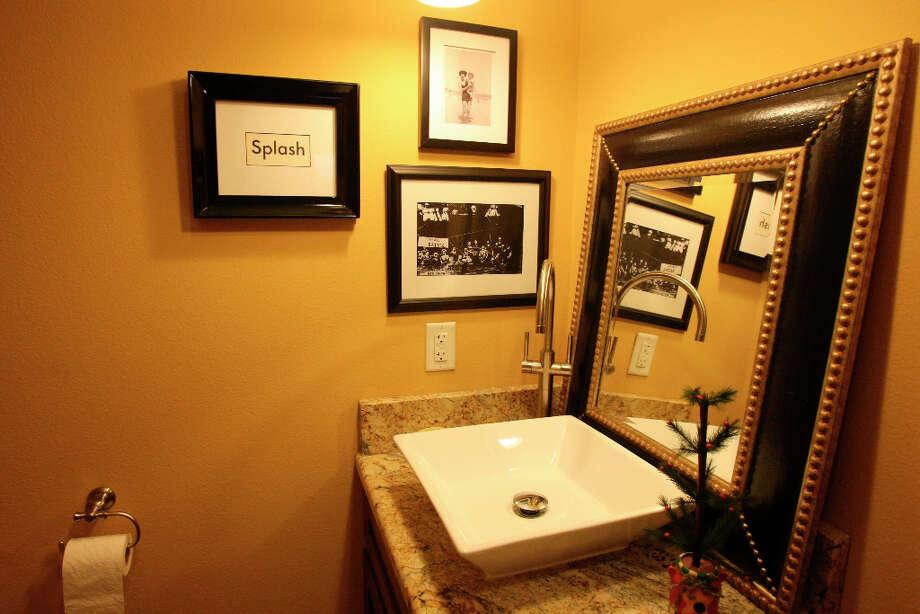 Guest bath in the Scherrer's  home in New Braunfels. Photo: Helen L. Montoya, San Antonio Express-News / ©SAN ANTONIO EXPRESS-NEWS