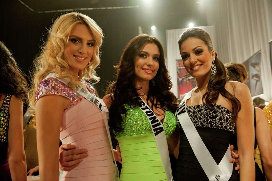 Miss Israel, Lina Makhuli, Miss Estonia, Natalie Korneitsik, and Miss Italy, Grazia Pinto, pose backstage. Photo: Valerie Macom, Miss Universe Organization / Miss Universe Organization