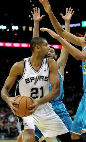 Tim Duncan draws the defense in on the blocks as San Antonio plays the New Orleans Hornets at the AT&T Center on December 21, 2012. Photo: Tom Reel, San Antonio Express-News / ©2012 San Antono Express-News