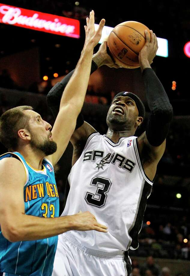 Spurs forward Stephen Jackson shoots over Ryan anderson as San Antonio plays the New Orleans Hornets at the AT&T Center on December 21, 2012. Photo: Tom Reel, San Antonio Express-News / ©2012 San Antono Express-News
