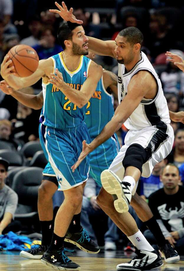 Tim Duncan puts defensive pressure on Greivis Vasquez as the San Antonio plays the New Orleans Hornets at the AT&T Center on December 21, 2012. Photo: Tom Reel, San Antonio Express-News / ©2012 San Antono Express-News