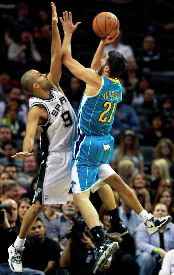 Tony Parker puts defensive pressure on Greivis Vasquez as San Antonio plays the New Orleans Hornets at the AT&T Center on December 21, 2012. Photo: Tom Reel, San Antonio Express-News / ©2012 San Antono Express-News