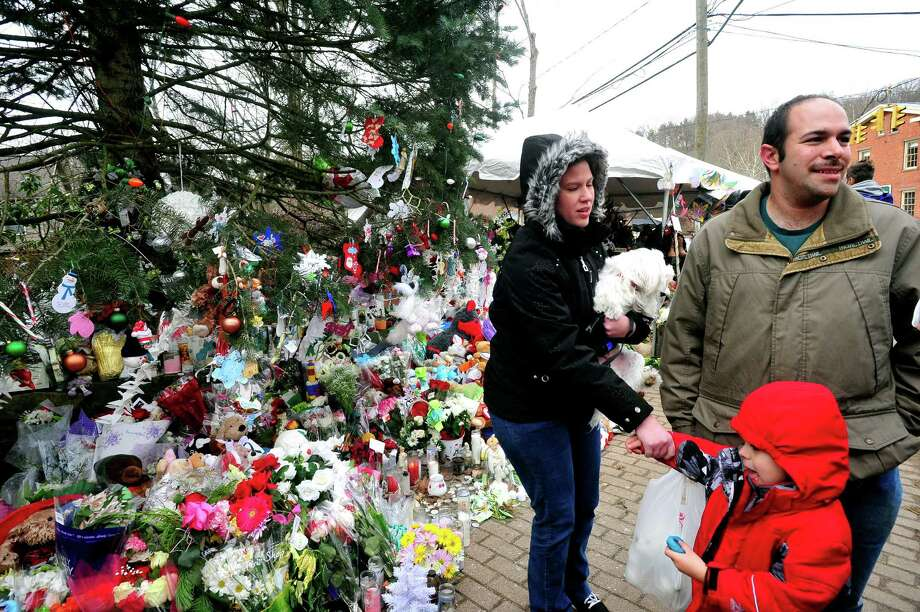 Terri and Bill Hinshellwood and their son, Nathan, 4, from Pennsylvania, visit the memorials in Sandy Hook, Newtown Saturday, Dec. 22, 2012. Photo: Michael Duffy / The News-Times