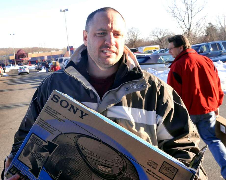 Stephen Canarozzi, of Danbury, shopping at Best Buy, in Danbury, on Monday, Dec.21,2009. Photo: Michael Duffy / The News-Times