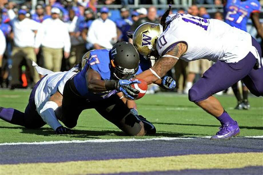 Boise State's Geraldo Boldewijn (17) reaches over the goal line to score  a touchdown despite pressure from Washington's John Timu (10) during the first half of the Maaco Bowl NCAA college football game on Saturday, Dec. 22, 2012, in Las Vegas. Photo: David Becker, AP / FR170737 AP