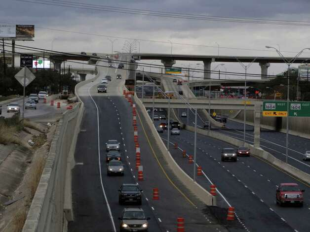 Traffic from Loop 1604 East and West utilizes a newly opened connector to get on U.S. 281 southbound. Photo: Billy Calzada, San Antonio Express-News / SAN ANTONIO EXPRESS-NEWS
