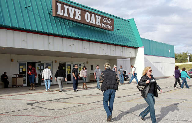 Crowds attend a gun show at the Live Oak  Convention Center on December 22, 2012. Photo: Tom Reel, San Antonio Express-News / ©2012 San Antono Express-News