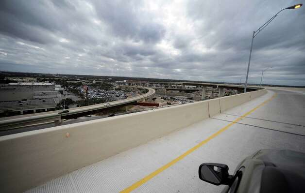 This is the view from a vehicle traveling on the Loop 1604 West to 281 South flyover on Saturday, Dec. 22, 2012. The southbound ramps just opened. Photo: Billy Calzada, San Antonio Express-News / SAN ANTONIO EXPRESS-NEWS