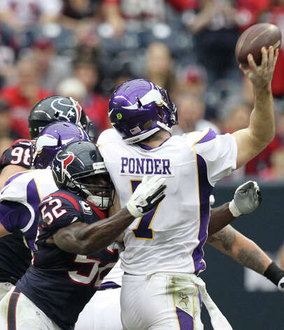 Minnesota Vikings quarterback Christian Ponder (7) gets off a pass as he is hit by Houston Texans inside linebacker Tim Dobbins (52) during the second quarter of a NFL game, Sunday, Dec. 23, 2012, at Reliant Stadium  in Houston. Photo: Nick De La Torre, Houston Chronicle / © 2012  Houston Chronicle