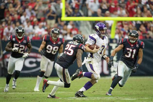 Minnesota Vikings quarterback Christian Ponder (7) gets past Houston Texans Houston Texans defensive backs Kareem Jackson (25) and Shiloh Keo (31) on a 29-yard scramble during the fourth quarter at Reliant Stadium on Sunday, Dec. 23, 2012, in Houston. Photo: Smiley N. Pool, Houston Chronicle / © 2012  Houston Chronicle