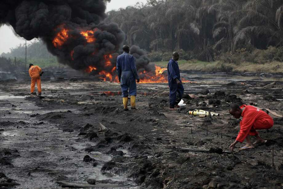 Fire fighters try to contain flames and a tower of smoke from a burning oil pipeline in Ijeododo outskirt of  Lagos, Nigeria  Thursday. The oil pipeline belonging to Nigeria National Petroleum Cooperation exploded near Nigeria's largest city as thieves tried to siphon oil from it  Monday. Photo: AP