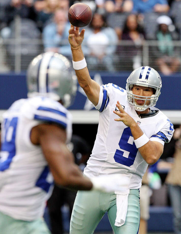 Dallas Cowboys' Tony Romo passes to Dallas Cowboys' DeMarco Murray  during first half action against the New Orleans Saints Sunday Dec. 23, 2012 at Cowboys Stadium in Arlington, Tx. Photo: Edward A. Ornelas, Express-News / © 2012 San Antonio Express-News