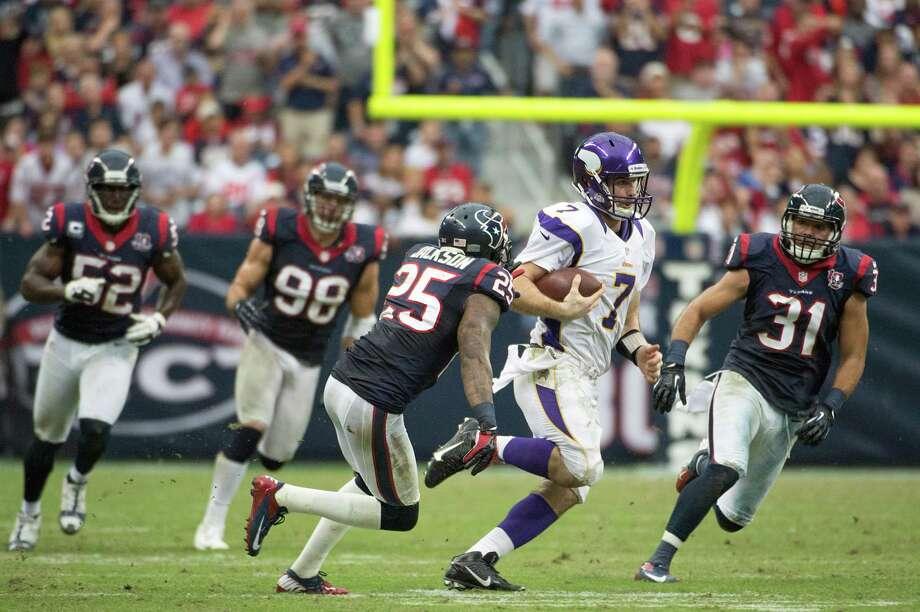 Vikings quarterback Christian Ponder (7) gets past Texans Houston Texans defensive backs Kareem Jackson (25) and Shiloh Keo (31) on a 29-yard scramble. Photo: Smiley N. Pool, Houston Chronicle / © 2012  Houston Chronicle