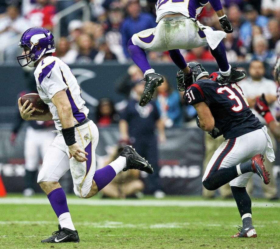 Vikings quarterback Christian Ponder (7) scrambles for a first down during the fourth quarter. Photo: Nick De La Torre, Houston Chronicle / © 2012  Houston Chronicle