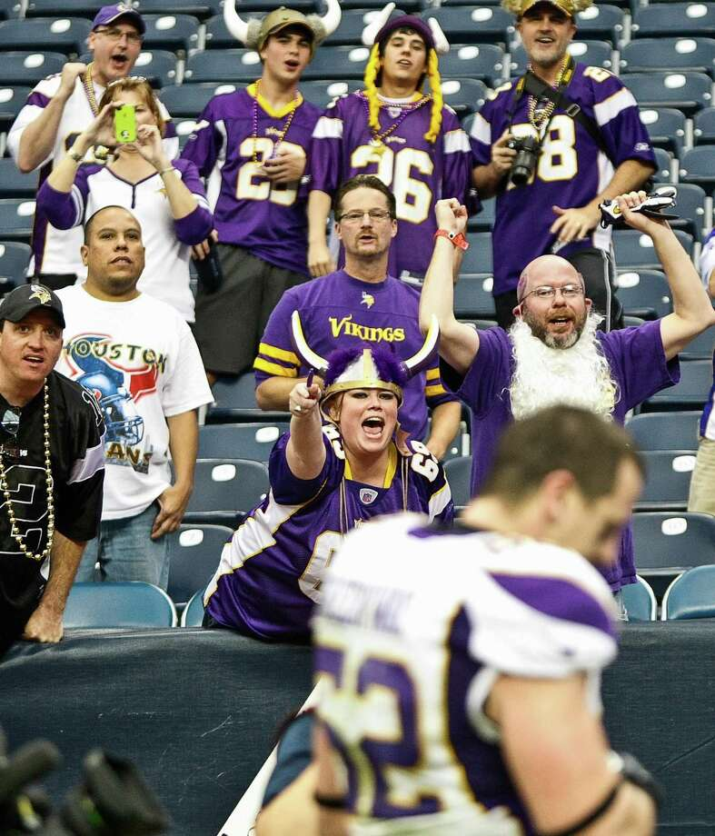 Vikings fans cheer as Chad Greenway (52) leaves the field. Photo: Nick De La Torre, Houston Chronicle / © 2012  Houston Chronicle