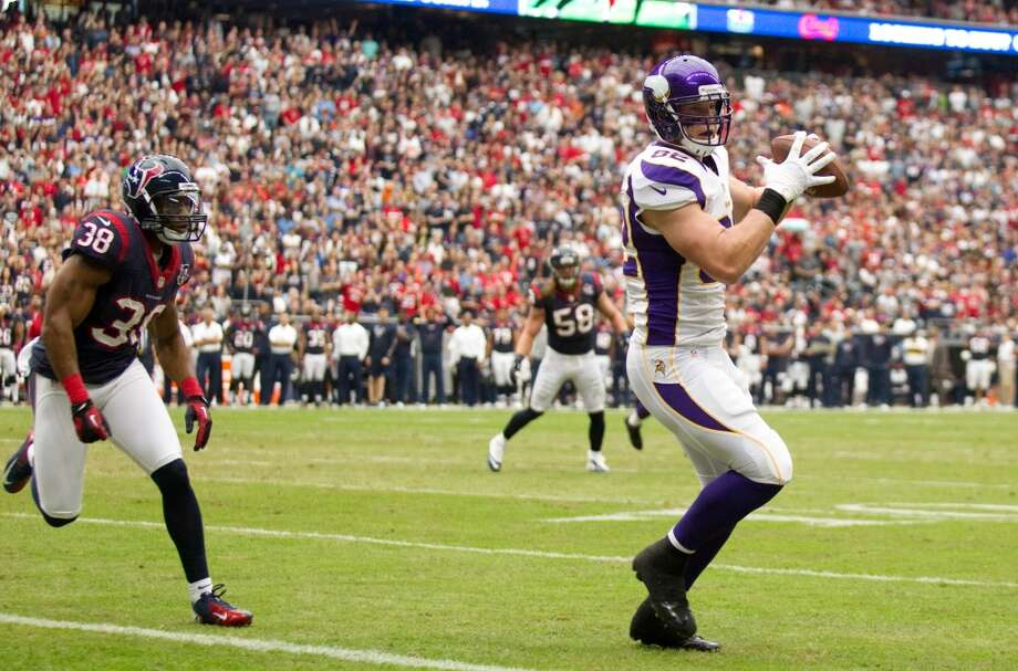 Vikings tight end Kyle Rudolph (82) catches a 3-yard touchdown pass as Texans free safety Danieal Manning (38) defends during the first quarter. (Brett Coomer / Houston Chronicle)