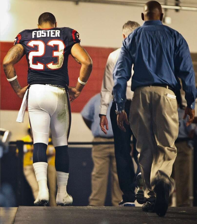 Texans running back Arian Foster (23) leaves the game during the third quarter. Foster left the bench for the locker room suffering from an irregular heartbeat that subsided by the gameÕs end. (Nick de la Torre / Houston Chronicle)