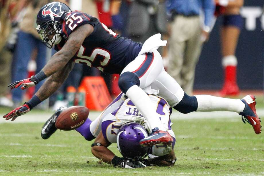 Texans cornerback Kareem Jackson (25) breaks up a pass intended for Vikings wide receiver Jarius Wright (17) during the fourth quarter. (Brett Coomer / Houston Chronicle)