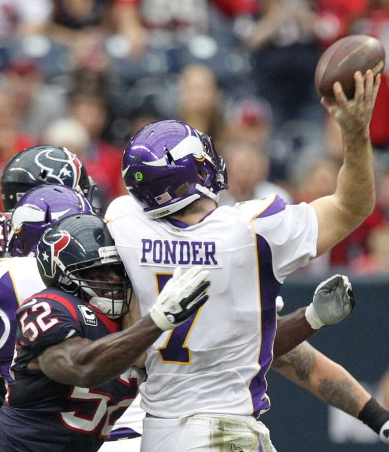 Vikings quarterback Christian Ponder (7) gets off a pass as he is hit by Texans inside linebacker Tim Dobbins (52) during the second quarter. (Nick de la Torre / Houston Chronicle)