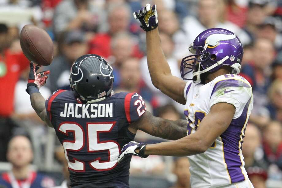 Texans cornerback Kareem Jackson (25) breaks up a pass intended for Vikings wide receiver Michael Jenkins (84) during the second quarter. (Karen Warren / Houston Chronicle)