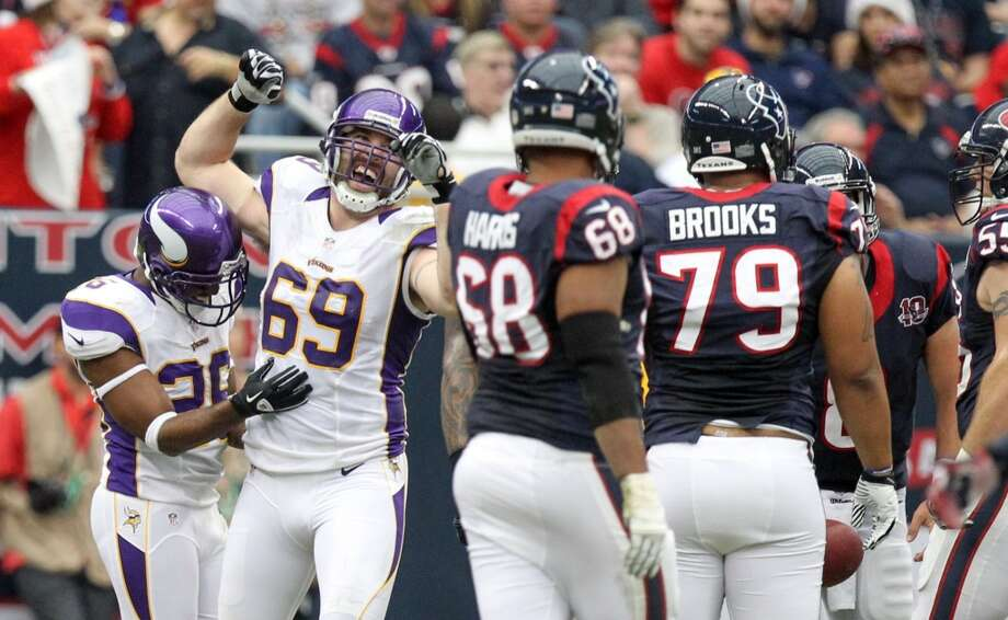 Vikings defensive end Jared Allen (69) celebrates a defensive stop. (Nick de la Torre / Houston Chronicle)