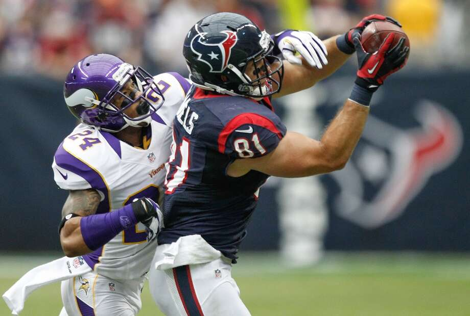 Texans tight end Owen Daniels (81) makes a catch as Vikings cornerback A.J. Jefferson (24) defends during the second quarter. (Brett Coomer / Houston Chronicle)