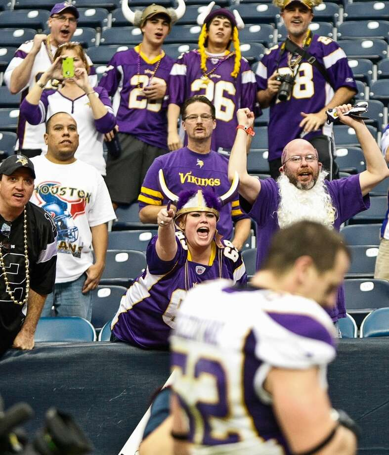Vikings fans cheer as Chad Greenway (52) leaves the field. (Nick de la Torre / Houston Chronicle)