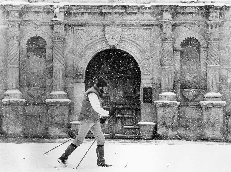 Paul Green skis in front of the Alamo after more than a foot of snow fell on San Antonio in January 1985. Photo: San Antonio Express-News File Photo / SAN ANTONIO EXPRESS-NEWS
