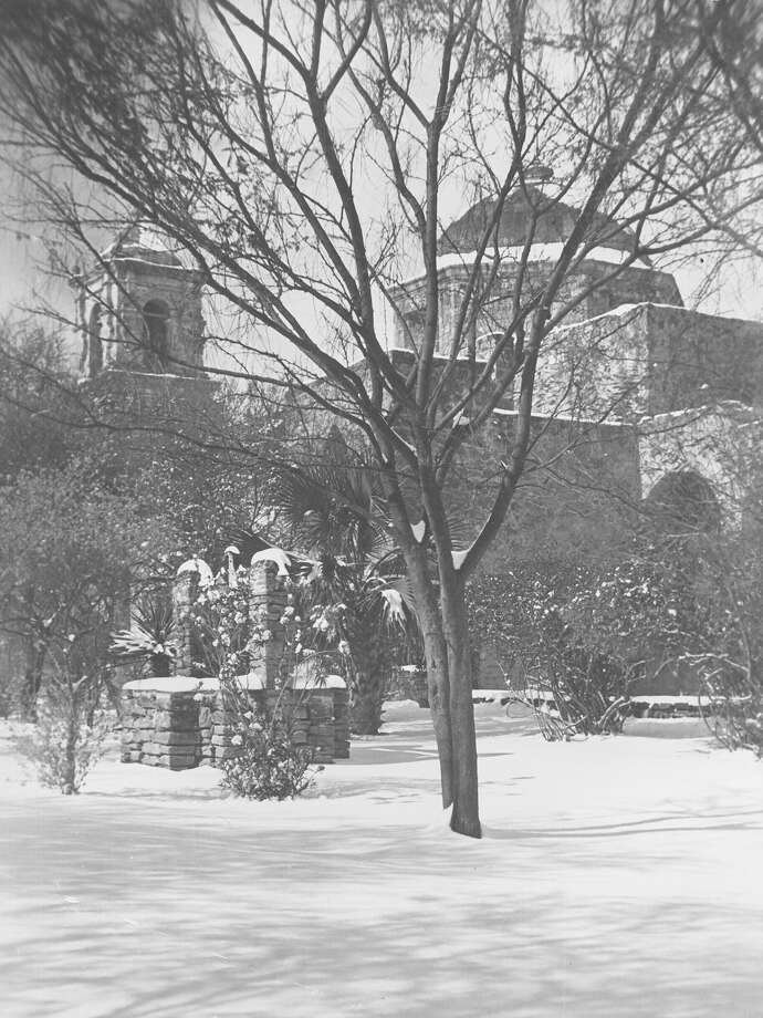 A San Antonio snow scene from Jan. 13, 1985. The Alamo City's record storm started overnight, early Saturday, Jan. 12, 1985. When the snow stopped falling Sunday, the city had received about 13.5 inches of snow. Photo: San Antonio Express-News File Photo