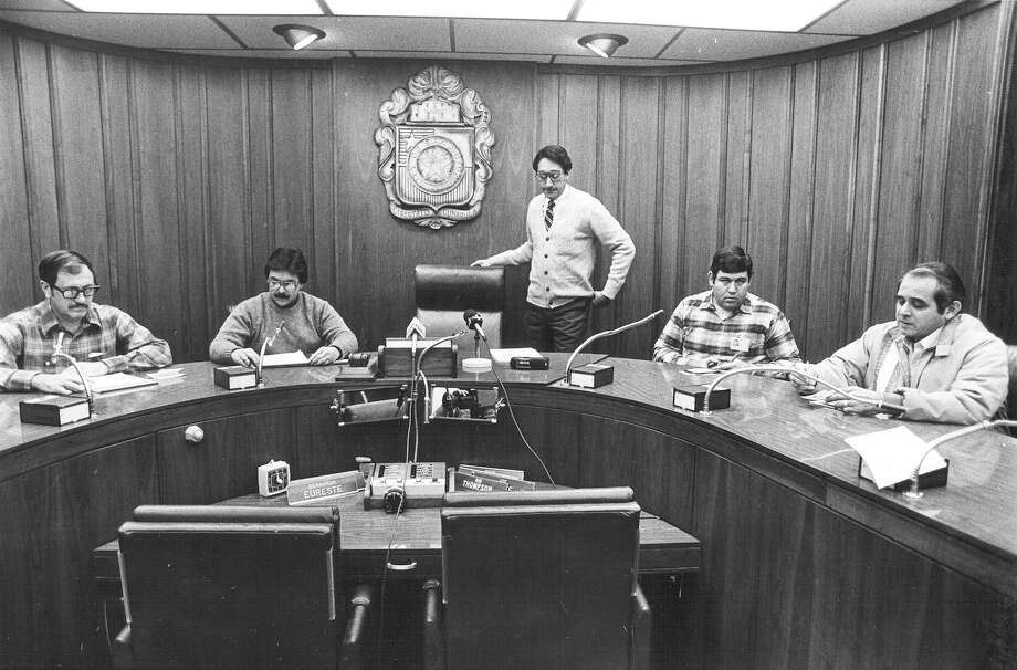 Mayor Henry Cisneros (center) prepares to sit for a news conference at City Hall on Sunday, Jan. 13, 1985. To avoid accidents, Cisneros and City Manager Lou Fox declared Monday a citywide snow day. Photo: San Antonio Express-News File Photo
