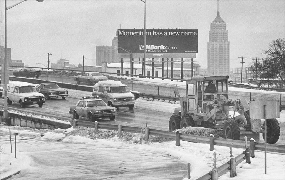 A plow cleans snow off Interstate 35 near S. Alamo Street on Jan. 14, 1985. Photo: San Antonio Express-News File Photo