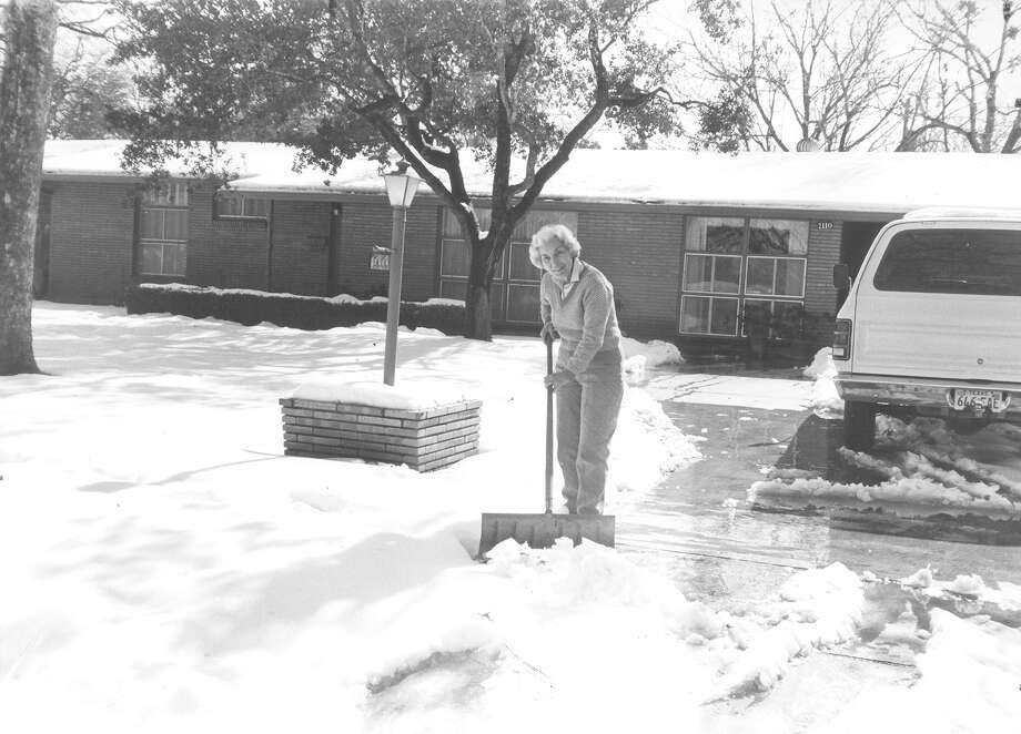 Marjorie shovels her driveway on Jan. 13, 1985. Photo: San Antonio Express-News File Photo