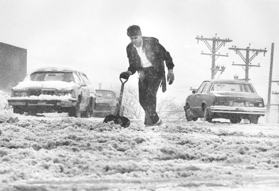 A Handy Andy employee clears the road in front of the store at Wonderland Mall on Jan. 12, 1985. Photo: San Antonio Express-News File Photo