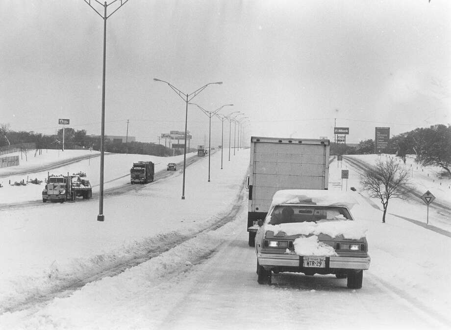 Snow covers a San Antonio freeway in January 1985. Photo: San Antonio Express-News File Photo