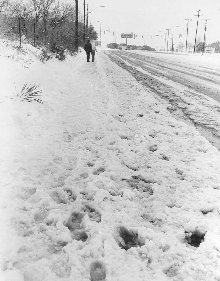 Snow covers the 2500 block of Babcock Road on Jan. 13, 1985. Photo: San Antonio Express-News File Photo