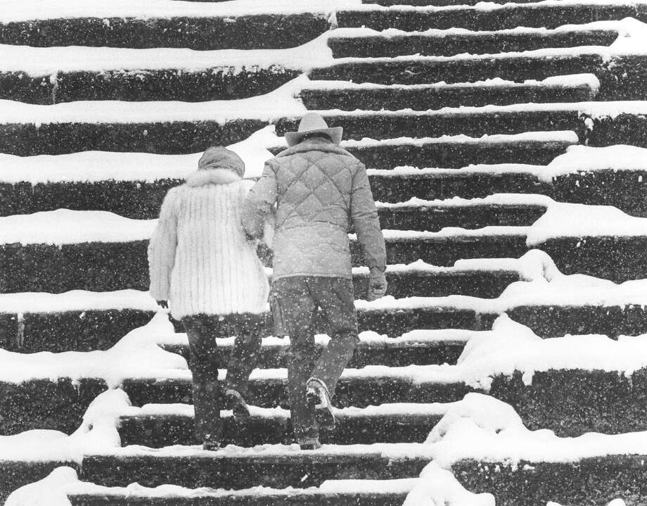 Tourists walk the snowy steps of the Arneson River Theater after more than a foot of snow blanketed San Antonio in January 1985. Photo: San Antonio Express-News File Photo