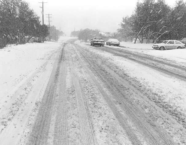 Snow covers the 5300 block of Medical Drive on Jan. 12, 1985. Photo: San Antonio Express-News File Photo