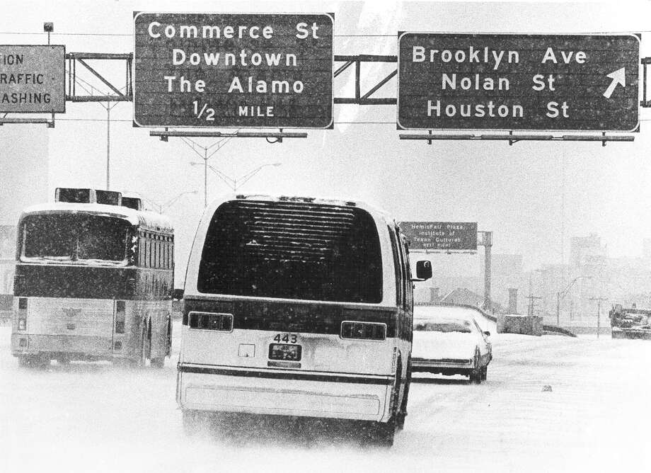 Traffic snakes down Interstate 37 South through downtown as snow falls on San Antonio in January 1985. Photo: San Antonio Express-News File Photo