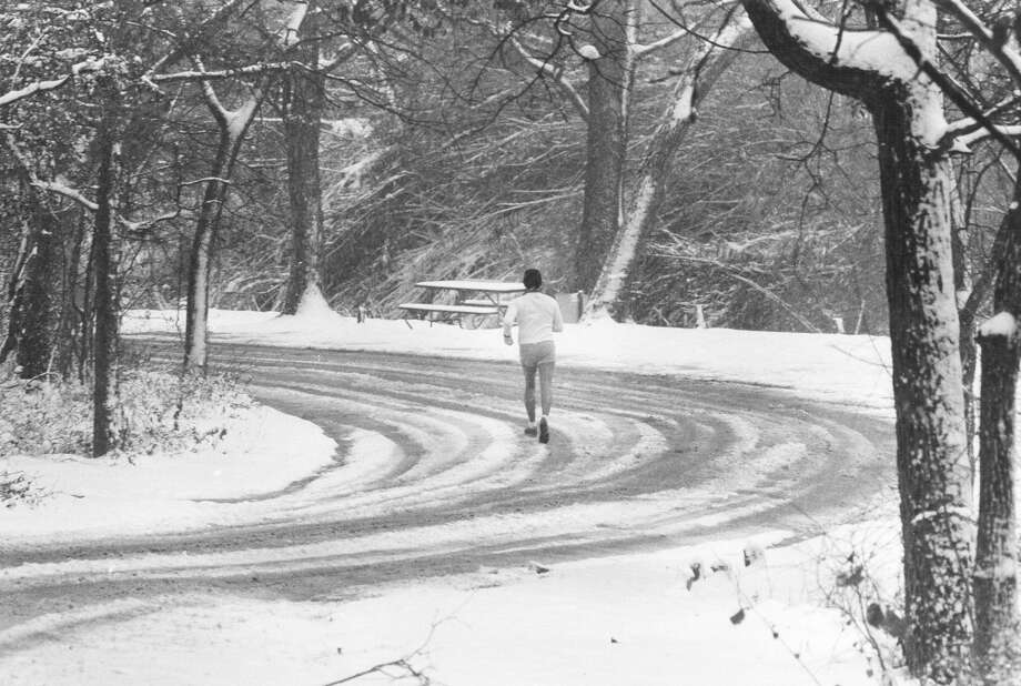 Ed DeLeon takes a jog in Brackenridge Park on Jan. 12, 1985. Photo: San Antonio Express-News File Photo