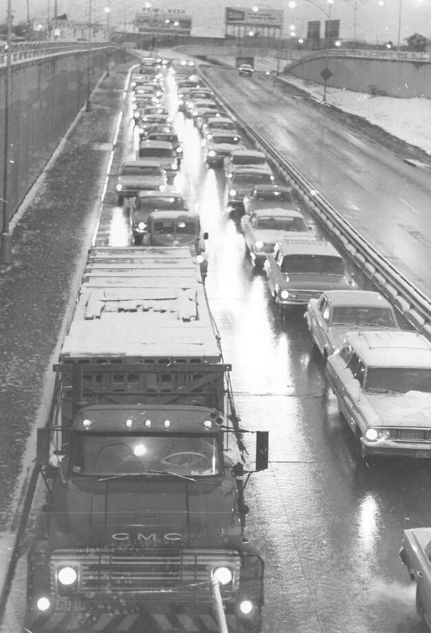Traffic moves slowly through San Antonio amid snow on Feb. 22, 1966. Photo: San Antonio Express-News File Photo