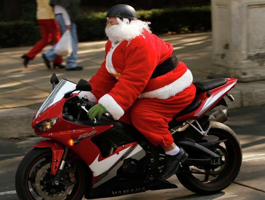 A man disguised as Santa Claus rides a motorcycle in Mexico City, Sunday, Dec. 23, 2012. Photo: Marco Ugarte, AP / AP
