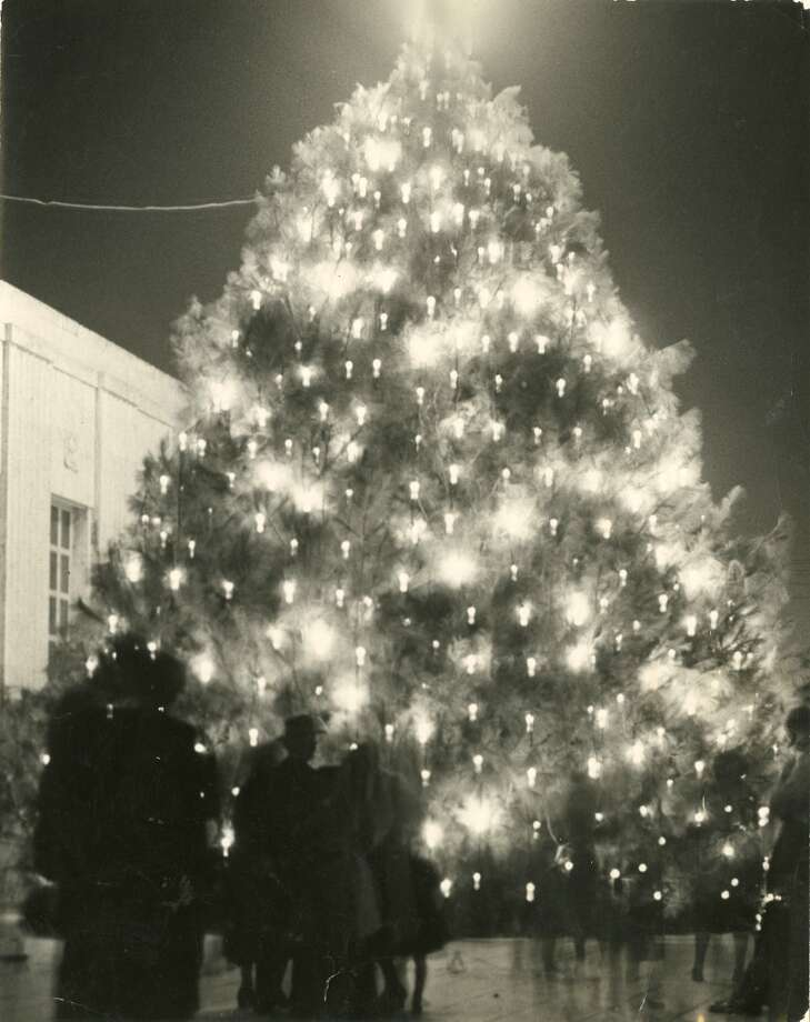 The Tree of Light outside Houston s City Hall, 1950. (Chronicle file)