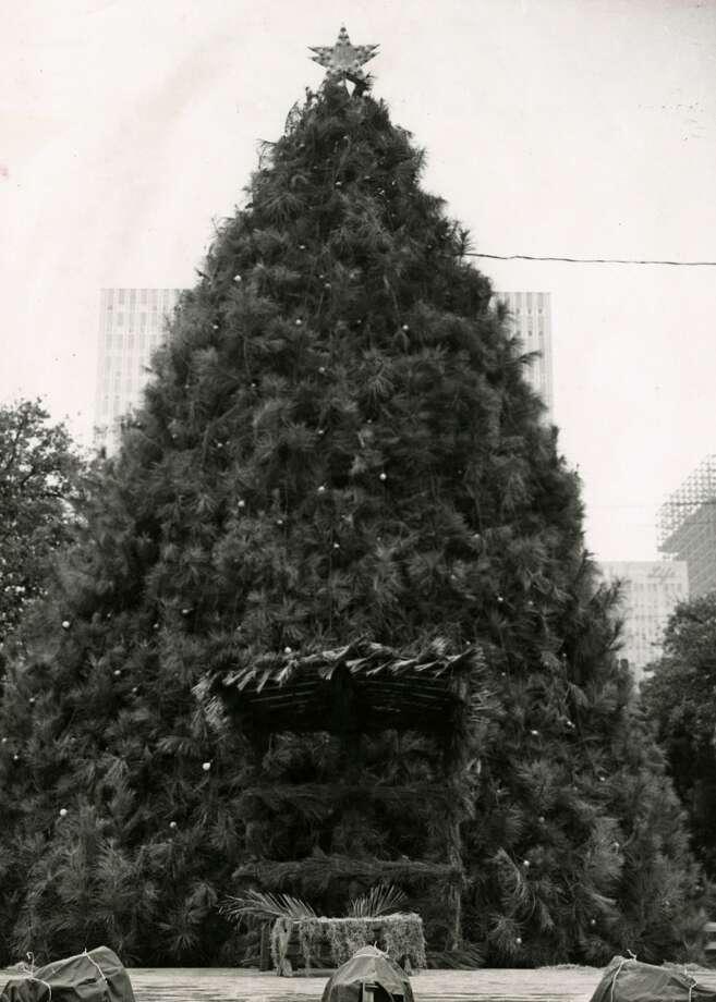 The Tree of Light outside Houston s City Hall, 1959.