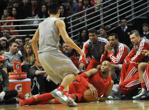 Taj Gibson grabs a loose ball as Jeremy Lin looks on. (David Banks / Getty Images)