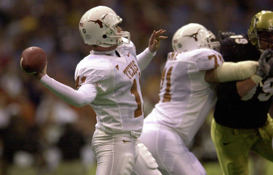 Texas quarterback Major Applewhite relieved Chris Simms in action against Colorado in Texas Stadium on Saturday, Dec. 1, 2001. Here he throws for a third-quarter completion. BILLY CALZADA / SAN ANTONIO EXPRESS-NEWS Photo: BILLY CALZADA, Express-News / SAN ANTONIO EXPRESS-NEWS